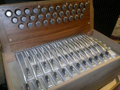 Un diato 33 touches x 18 basses dans une caisse de 28 x 16,5